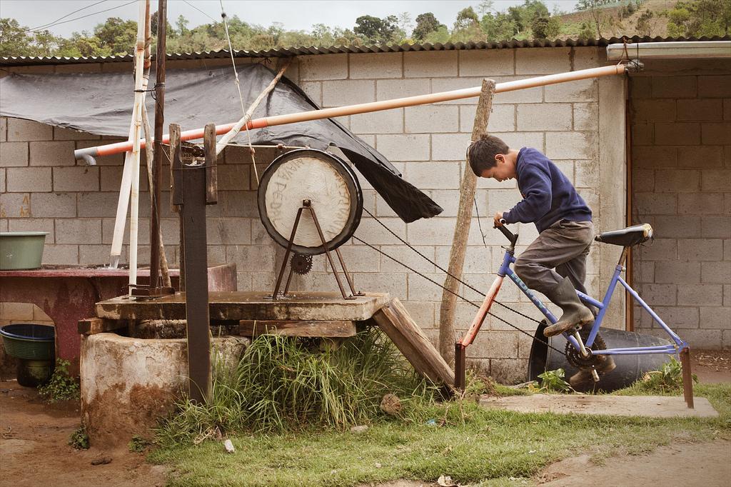 La bicibomba de agua es capaz de sacar hasta 30 litros de agua por minuto de pozo de 30 metros de profundidad.