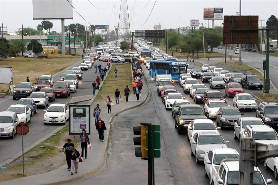 Las mañanas y tardes son un tormento para los usuarios de la Avenida Sendero. Foto: El Norte.